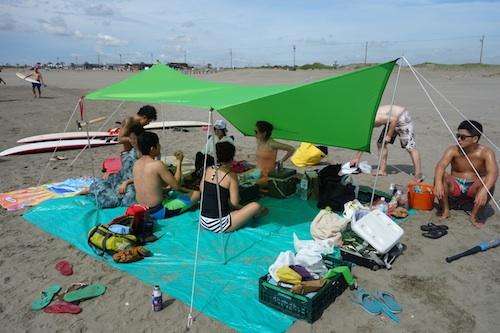 タープ砂浜設営03